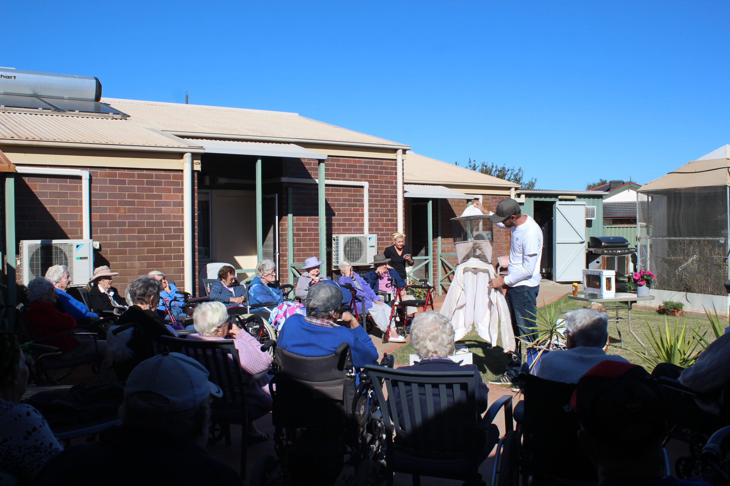 Aged care residents see bee-hind the scenes of beekeeping | PHOTOS