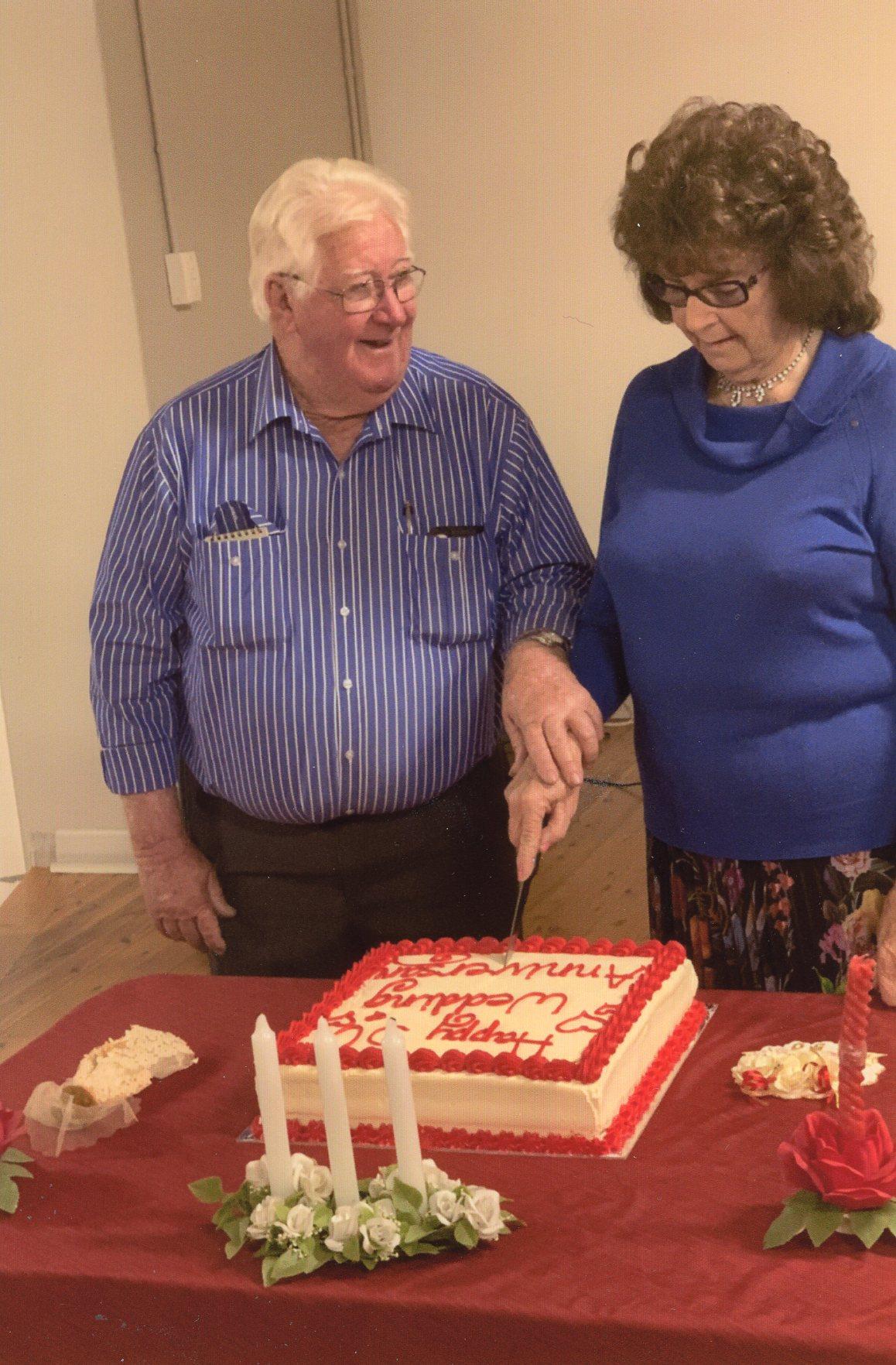 Garry and Diane Burr cutting their 50th wedding anniversary cake.